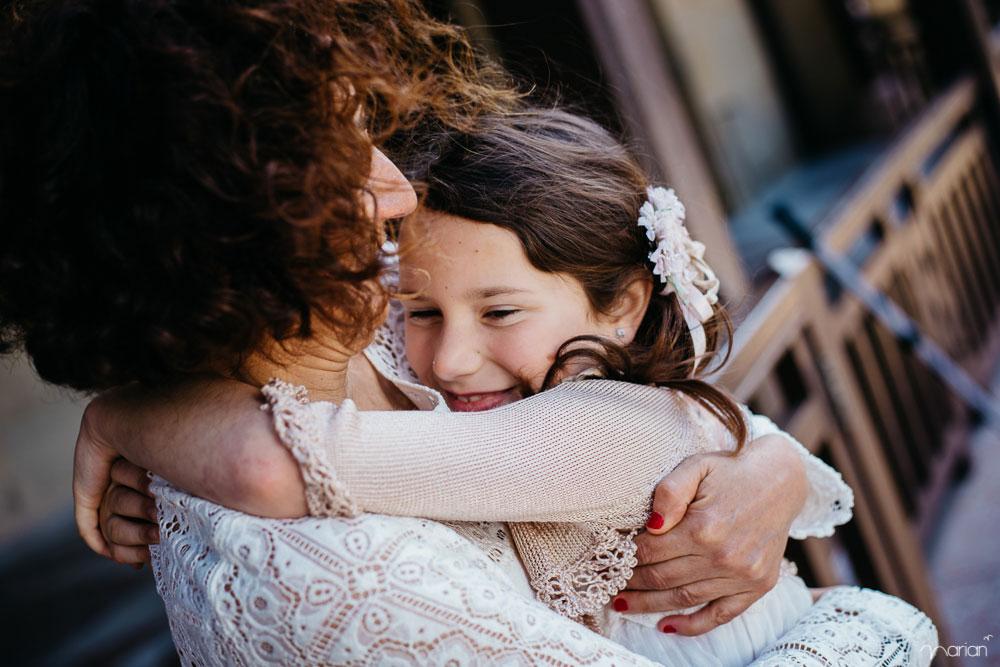 fotografía de comunión con la familia de la niña
